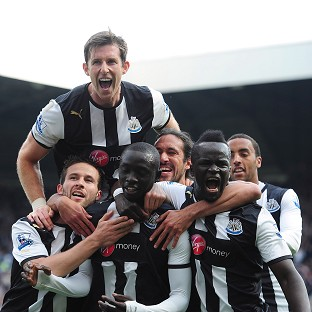 Papiss Cisse (front second from left)