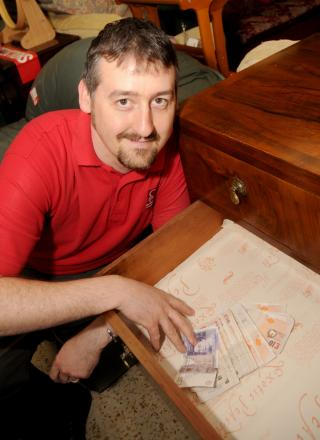 A 'grand' find – BHF volunteers unearth £1,000 in donated dressing table